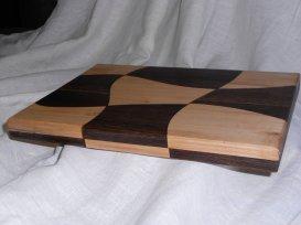 Разделочная доска с криволинейным шахматным узором